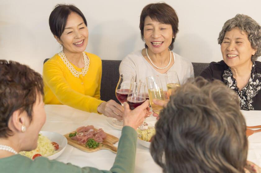 60代同窓会での女性の服装 注意ポイントから素敵なワンピースをご紹介